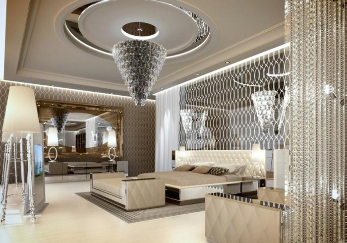 Designer-Leuchter aus Kristall, luxuriöses Schlafzimmer mit Designer-Raumteiler, Designer Stehlampe mit metallem Stand