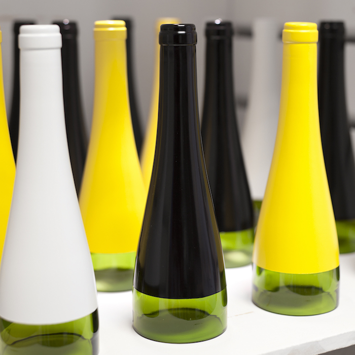 lampe mit flaschen - eine weiße lampe aus einer grünen flasche - eine schwarze und eine gelbe flaschenlampe