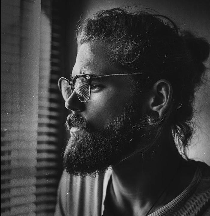 frisur lange haare, mann mit hipster bart und langen lockigen haaren