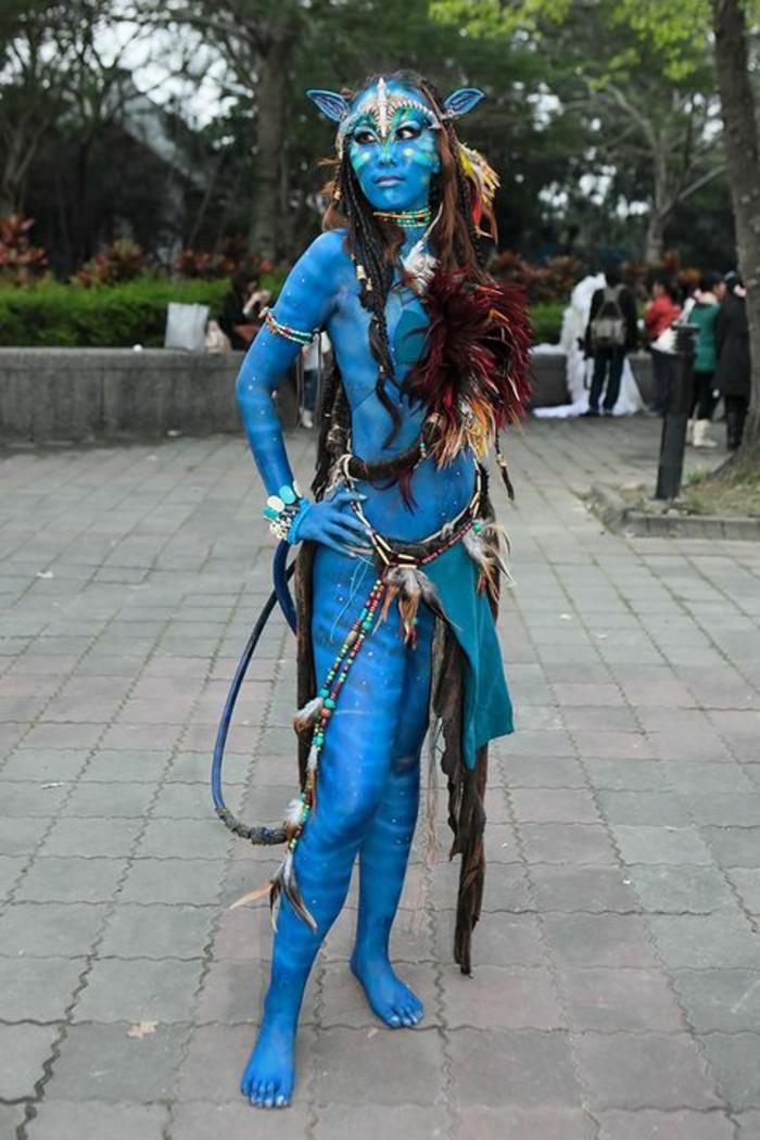 Avatar Frau mit Körper gemalt in blau, viele Ledergürtel mit Holzperlen, Armband mit Holzperlen, Elf-Ohren