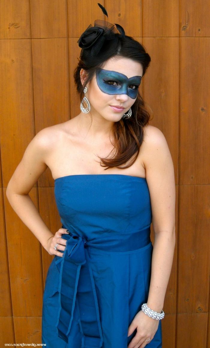 beste Faschingskostüme - ein Mädchen mit einem blauen Kleid und blaue Schminke