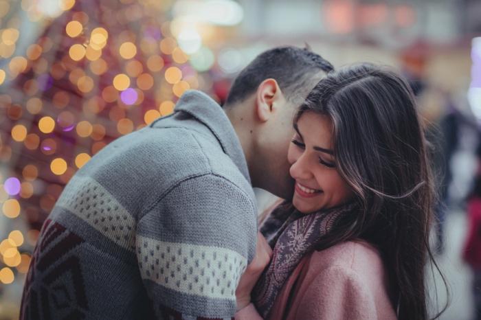 Kuschelbilder von zwei Verliebten, der Mann küsst die Frau, alles leuchtet