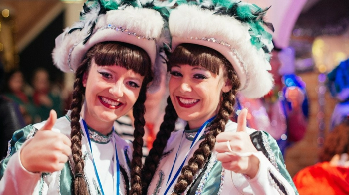 Zwillings-Fasnachtkostüm rosa Hüte mit Pailletten, Zopffrisur mit zwei Zöpfen