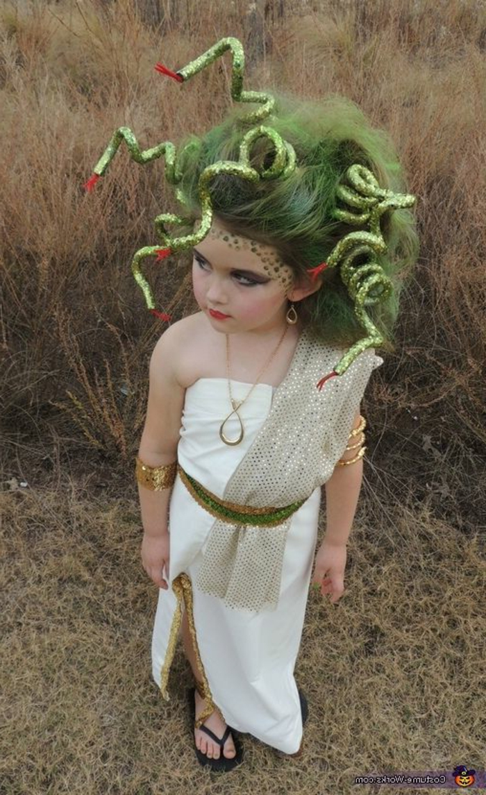Medusa Fasnachtkostüm für kleines Mädchen - weißes Kleid mit Schlitz und grünem Gürtel, silberner Schal mit Punkten, Medusa-grüne Haare mit Schlangen