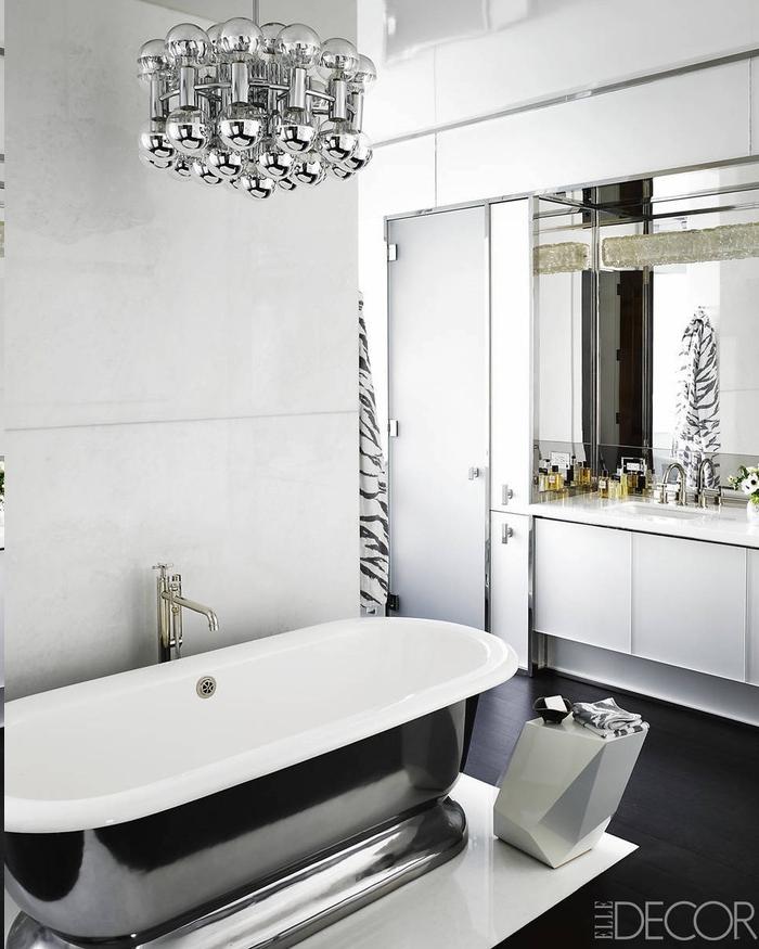 Deisgner-Kronleuchter aus Glas und Metall, Duschvorhang mit Zebra-Motiv, Badewanne mit Metalldeko, Designer-Beistelltisch mit unregelmßiger Form