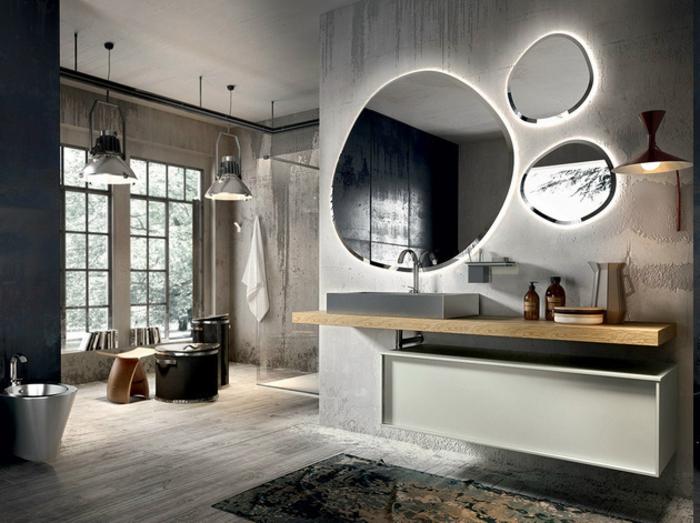modernes Badezimmer mit zwei gro0en Fenstern, Duschkabine aus Glas, Badmöbel im Industrial Style, drei ovale Spiegel mit LED-Beleuchtung, Wandlampe mit minimalistischem Design, Badezimmer mit Bidet