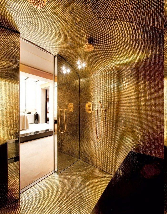 runde Goldfliesen, runde Fliesen in Goldfarbe, runde Fliesen mit Goldabdeckung, Dusche mit Glaswand, Dusche mit Sitzbank