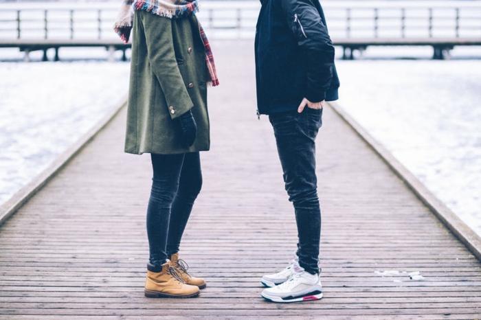 zwei Verliebte, das Foto zeigt die Körpersprache auf einem Kai - Kutschelbilder