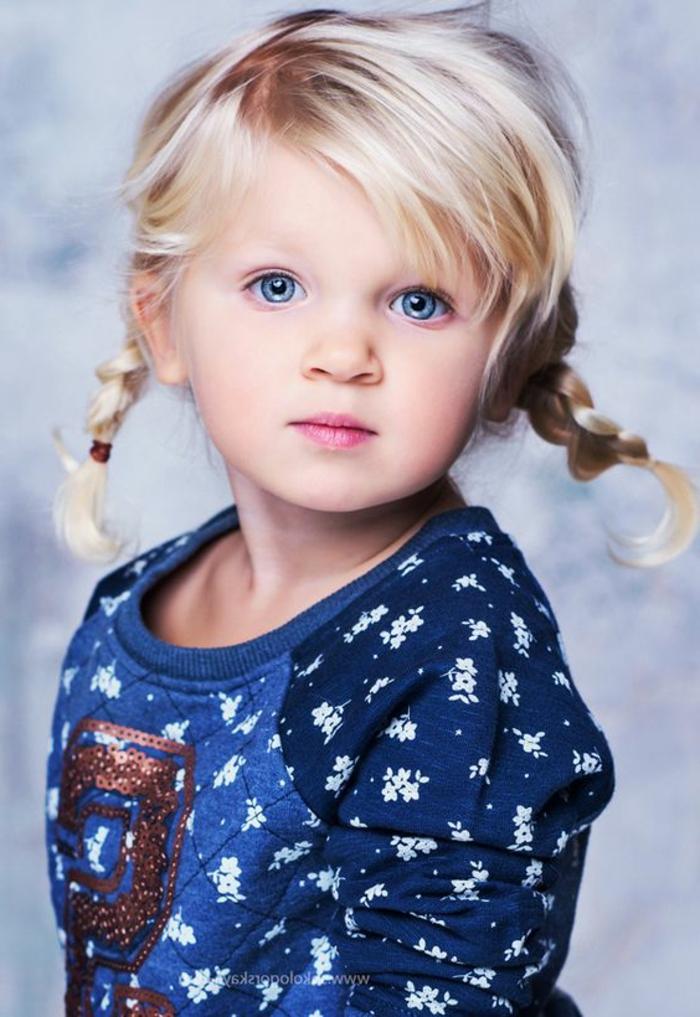 ein niedliches blondes Mädchen mit zwei Zöpfen wie Pippi der Langstrumpf