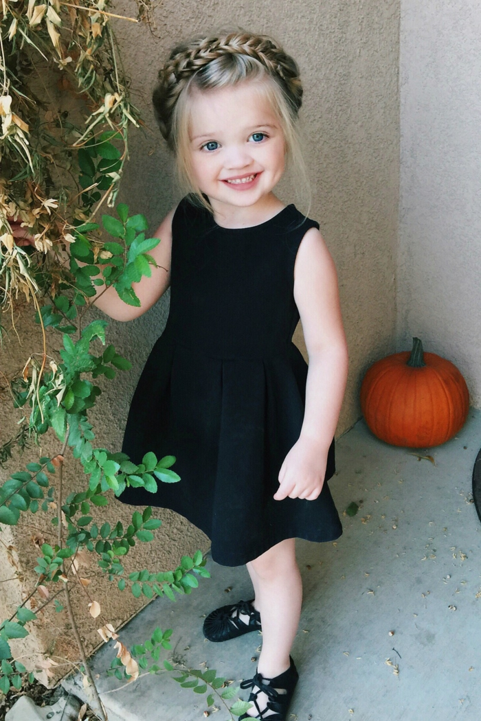 eine kleine Prinzessin mit einer Krone aus Haar, schwarzes Kleid - Frisuren Mädchen