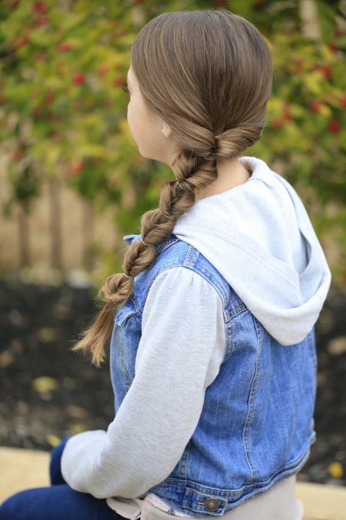Frisuren Mädchen - ein kleines Mädchen mit Fischgrätenzopf mit kleinen Schleifen
