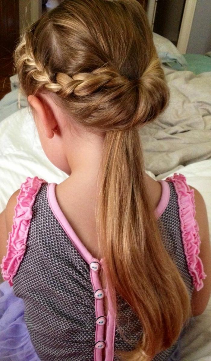 Frisur Mädchen - ein rosa Kleid und eine komplizierte Flechtfrisur