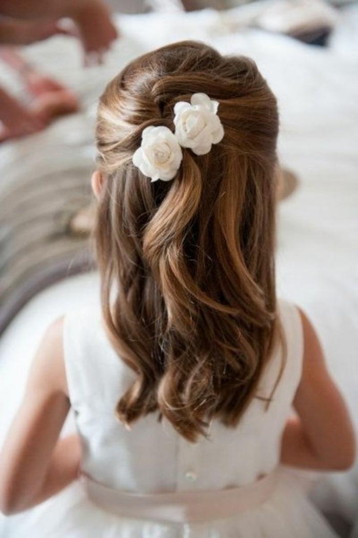 die Frisur von einer kleinen Prinzessin mit zwei Blumen im Haar - Mädchen Frisuren