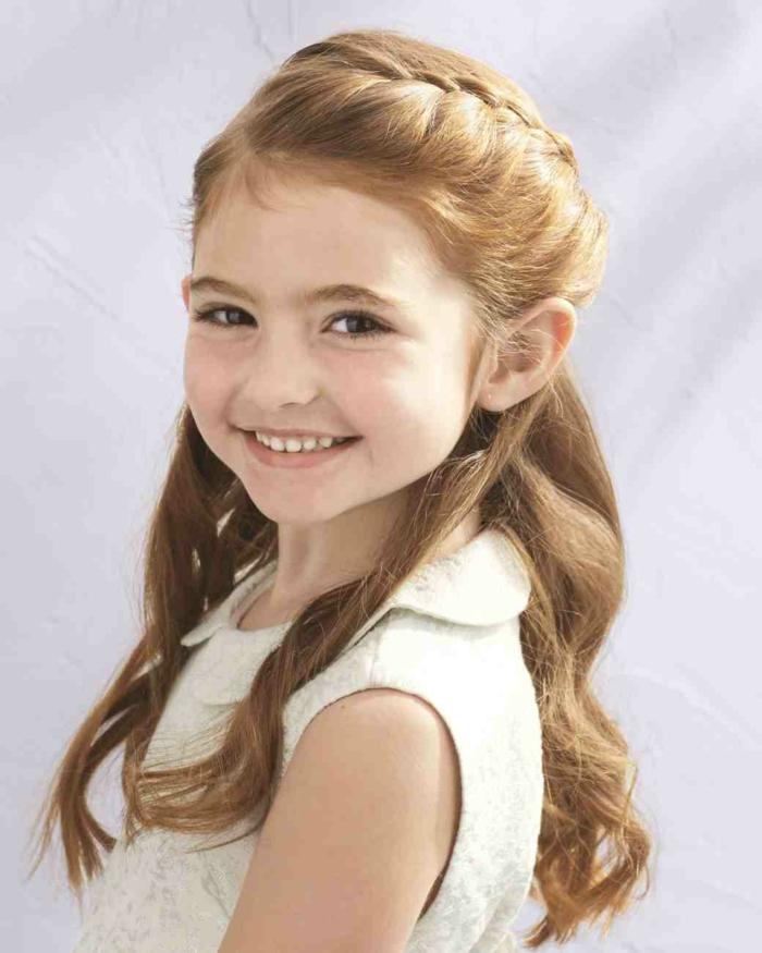 eine niedliche rothaarige Prinzessin mit schönen Lächeln - Frisuren Mädchen