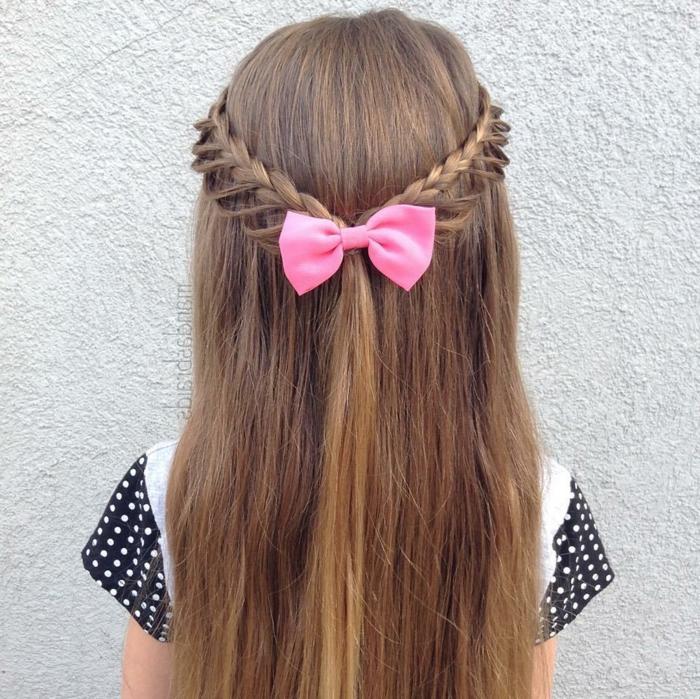 ein Mädchen mit langen, roten Haar und rosa Schleife und eine weiße Bluse mit schwarzen Ärmeln