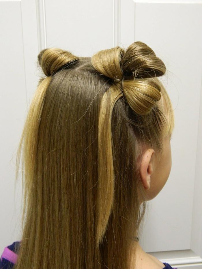 schicke Frisur wie Hasenohren, zwei blonde Strähnen verschönern den Blick