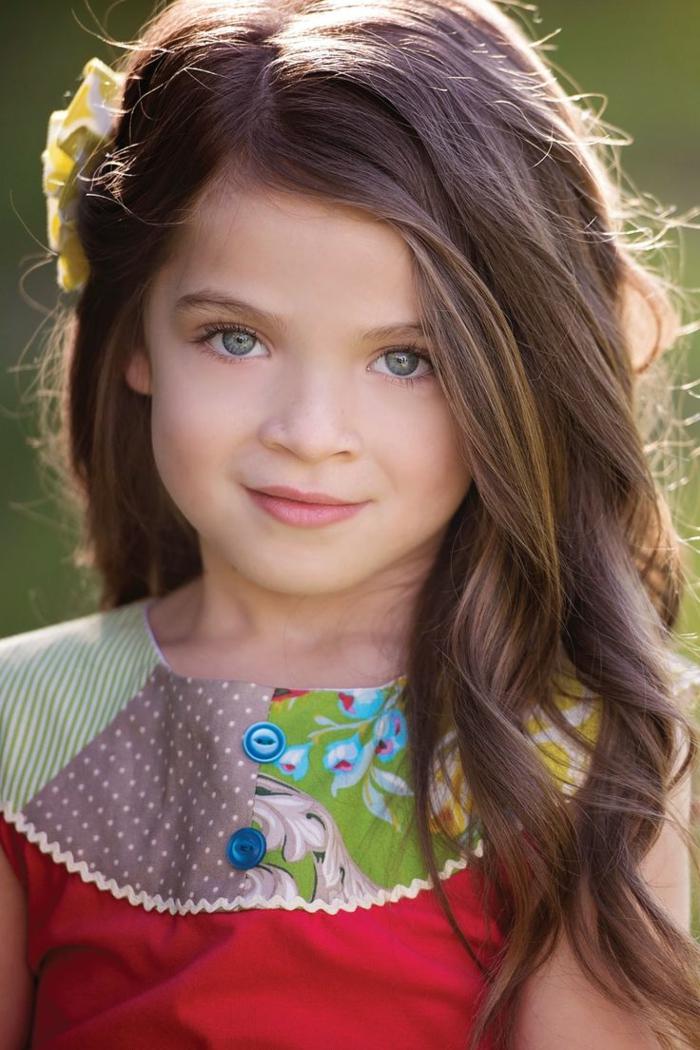 schicke Frisuren für kleine Mädchen, eine Prinzessin mit schönem Kleid