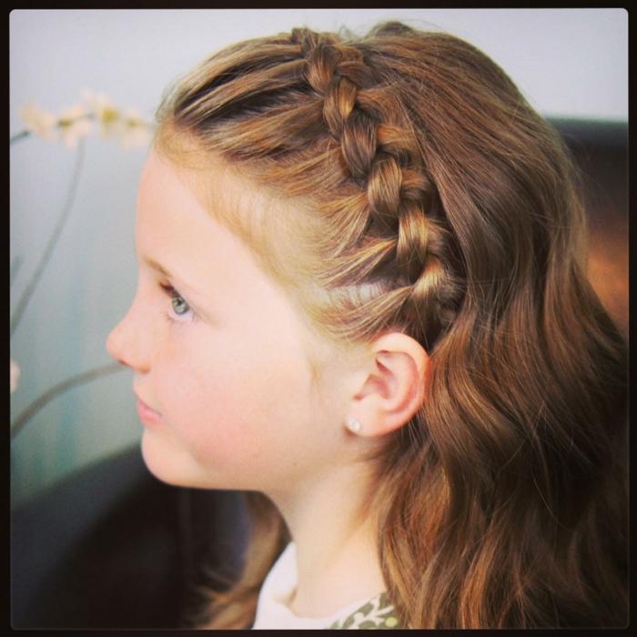 schicke Frisuren für rothaarige Mädchen, eine Flechtfrisur wie Krone