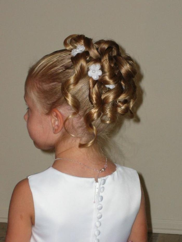 Frisuren Mädchen - ein entzückendes kleines Mädchen mit weißen Papierblumen im Haar