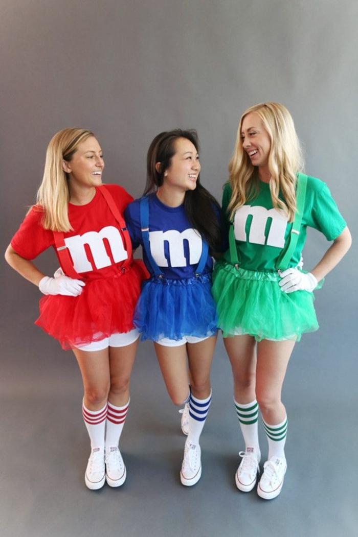 drei Mädchen mit rotem, blauem und grünem Kleid, das Bonbon Geschmack darstellt