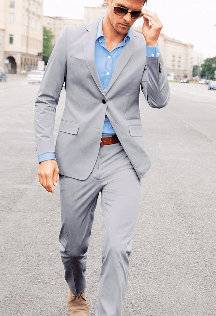 männer fashion ideen hellgrauer anzug mit blauem hemd gürtel in braun beige schuhe samt