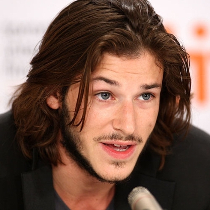 lange haare männer, mann mit blauen augen und langen braunen haaren