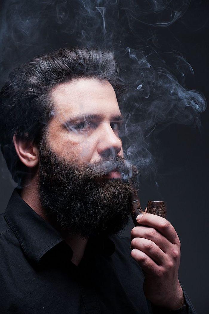 bart wachsen lassen langer dichter bart schwarz schwarze haare pfeife rauchen schwarzes hemd