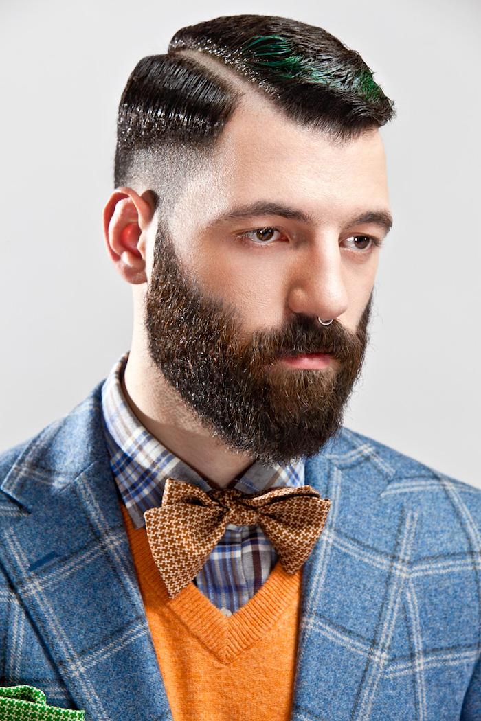 vollbart ideen zum stylen schwarze haare mit grünen dekorationen strähne in grün vollbart blauer blazer orange pulli