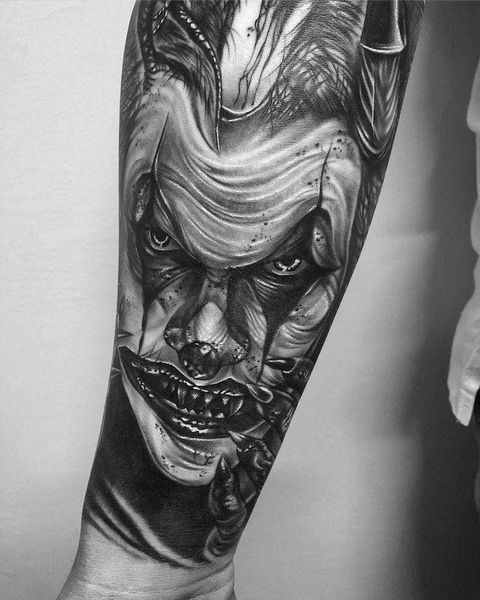 männer tattoos, realitische 3d-tätowierung am arm, der joker