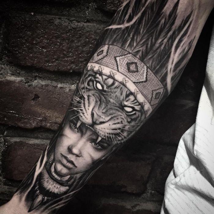 männer tattoos, große realistische tätowierung, frau mit tiger und indianer kopfschmuck