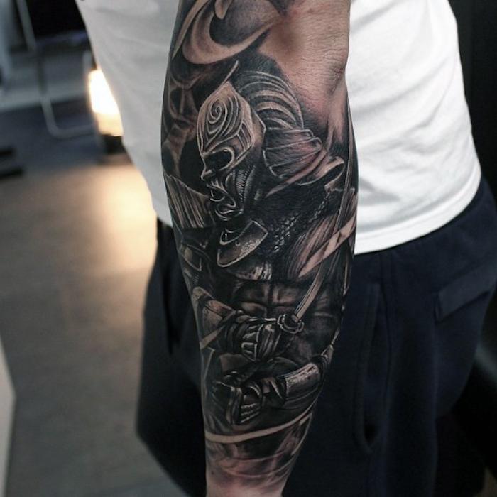 männer tattoos, mann mit großer tätowierung, samurai tattoo am arm