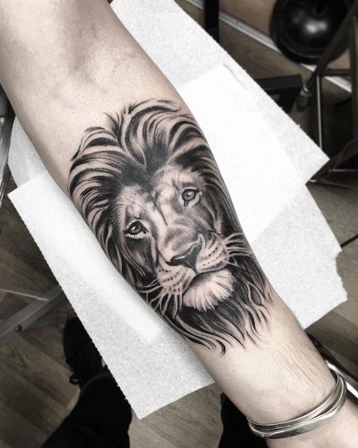 männer tattoos, realistische 3d-tätowierung mit löwen-motiv, löwenkopf
