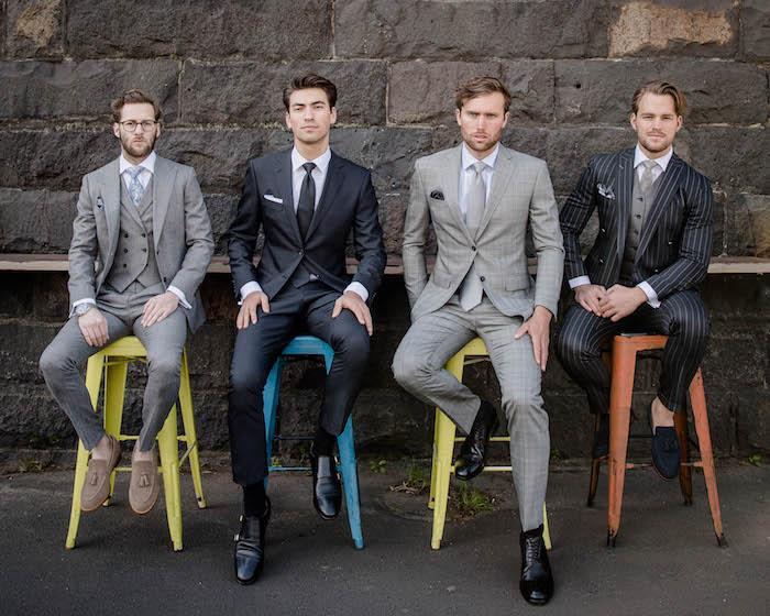 anzug farbe ideen vier männer grau angezogen stilvolle ideen bunte stühle farben auf dem foto style und klasse männer