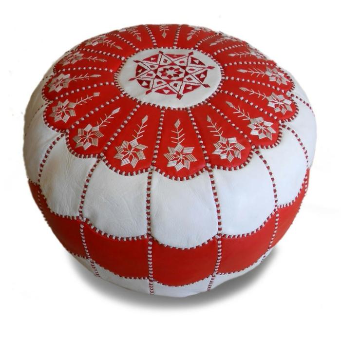 Puff aus weißem und rotem Leder mit dekorativen Nähten in zwei Farben und weißen Blumenmotiven