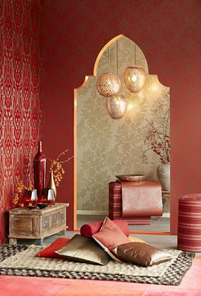 Relaxzimmer mit roten Terrakotta-Wänden, kleine dekorative Holzkiste mit vier Vasen, Wand mit Mustertapeten, dekorative Vase mit Ikebanadeko im Flur