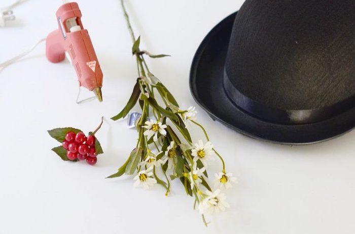 Mary Poppins Kostüm selber machen, schwarzen Hut mit Blumen bekleben