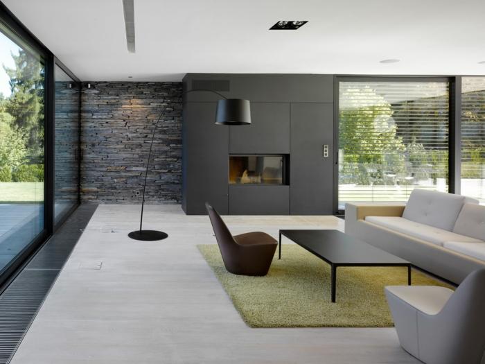 eine Ausstattung in minimalistischem Stil, grauer Wndverblender, gelber Teppich