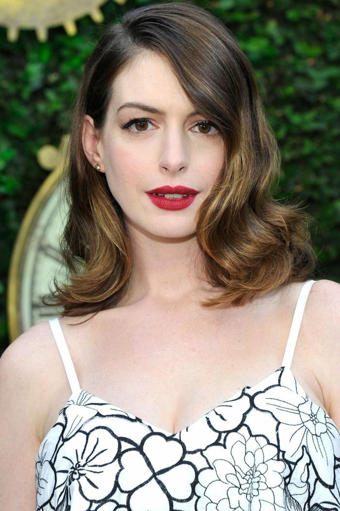Frisur Schulterlang von Anne Hathaway, braune Haare, dezente Schminke und ein Sommerkleid