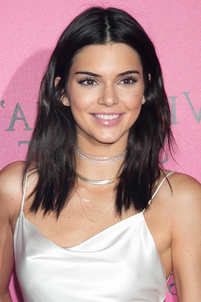 schöne Frisuren für mittellange Haare von Kendall Jenner, ein weißes Outfit
