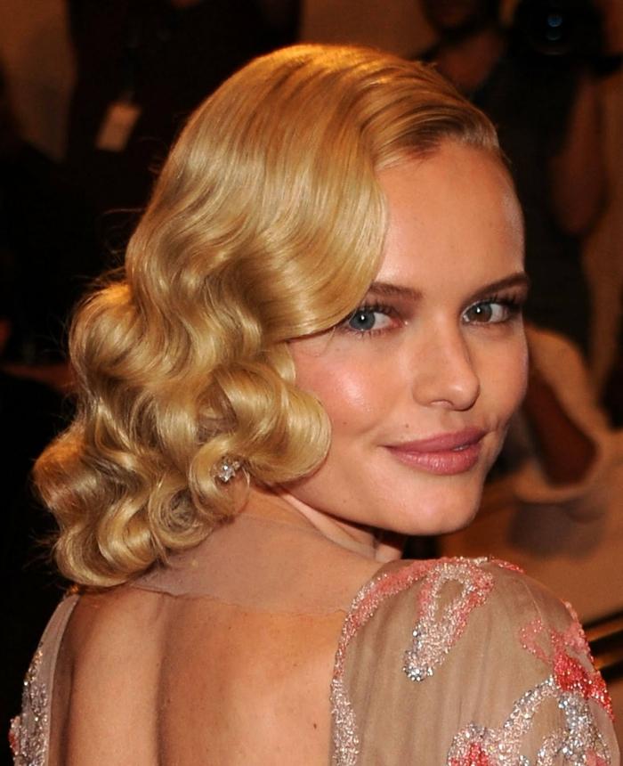 schulterlanges Haar, eine hübsche Frau mit blauen Augen und blonden Haaren