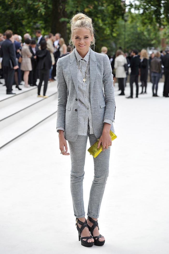 dame mit anzug farbe grau elegant und schön feine dame frauen mit stil business casual damen hellgrau gelbe tasche clutch