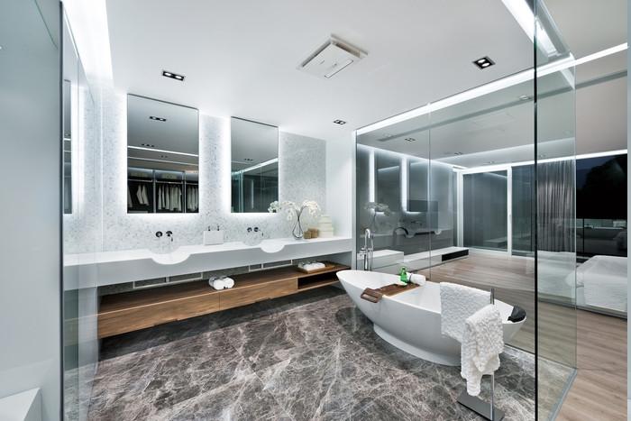 Schlafzimmer mit Badezimmeraussicht, Badraum mit Glaswand, Wanne mit Holzbrett für Schampoo und Seife, Bad mit Terrassenaussicht