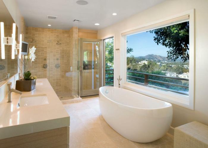 Bad beige gestalten, großes Fenster neben der Terrassentpr, Badezimmer mit Balkon, Balkon mit Holzgeländer, Balkon mit Gebirgaussicht, Baddeko mit Blumen