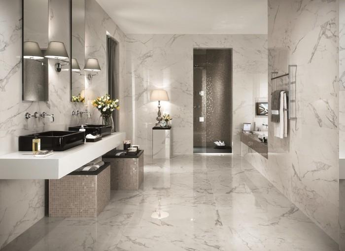 Bad in kalten Farben gestalten, Badeinrichtung in kalten Farben, Glasbehälter für flüssige Seife, Nachtlampe mit Zylinder-Schirm