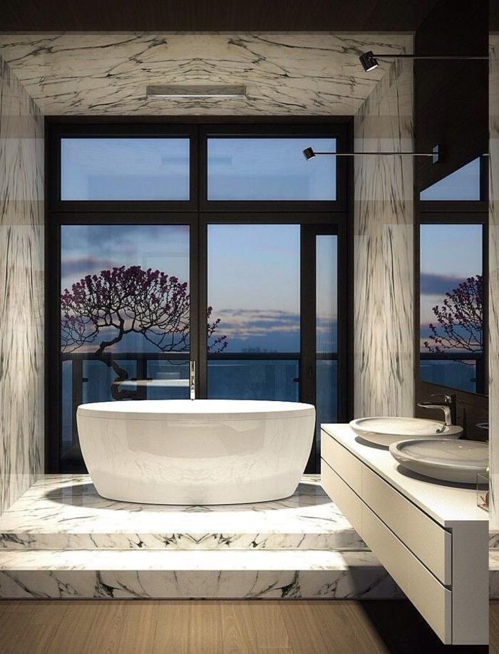modernes Bad mit Marmorwänden und Marmorboden, Bad auf zwei Ebenen, Badewanne vor dem Fenster