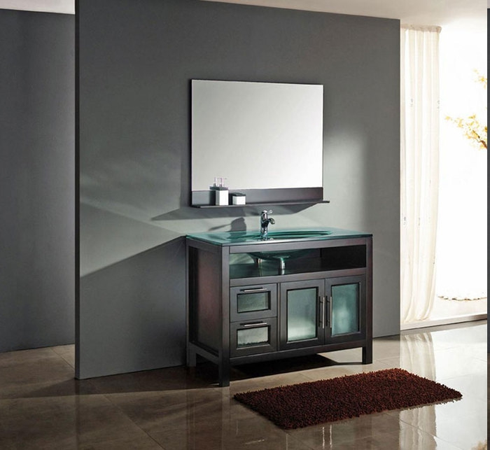halbdurchsichtiger Vorhang in heller Farbe dient als Trennwand, Designer-Badschrank mit Holztüren, Waschbecken aus Glas, Spiegel mit Regal, Wand grau streichen