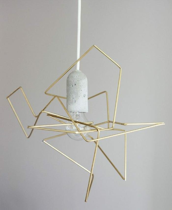 Edelstahl-Lampe mit vergoldeten Elementen, weißer Fassung und weißer Schnur