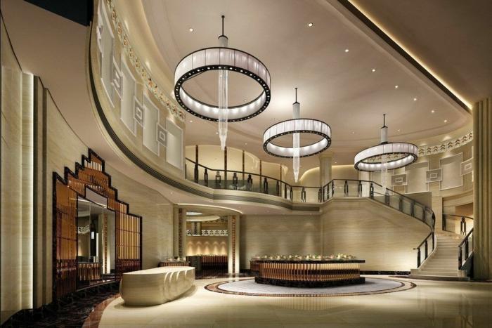 runde Lampen mit LED-Licht, luxuriöses Haus gestaltet in Beige, große Treppen fürhren zu den Schlafzimmern