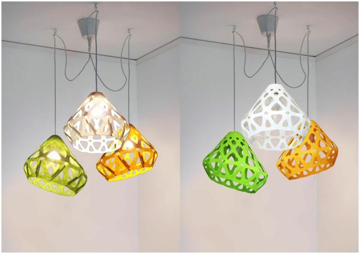 bunte Lampenschirme aus Plastik in drei Farben - weiß, grün und gelb