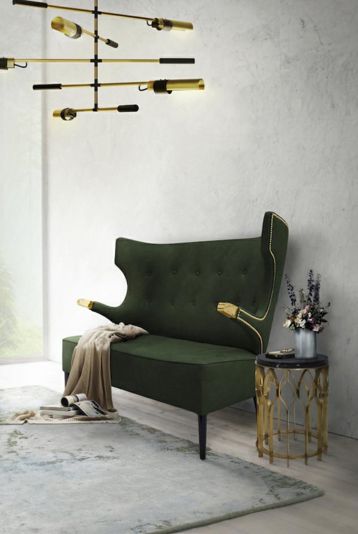 LED-Lampe mit fünf luchtenden Stangen, grüne Couch mit antikem Desig, grauer Musterteppich aus Plüsch